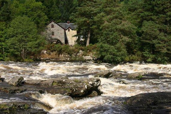 Cataratas de Dochart con el Centro al fondo